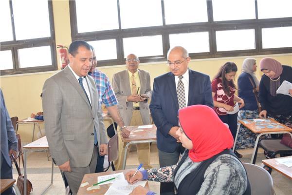 رئيس جامعة أسيوط يتفقد أعمال الامتحانات بكليتي خدمة اجتماعية وطب
