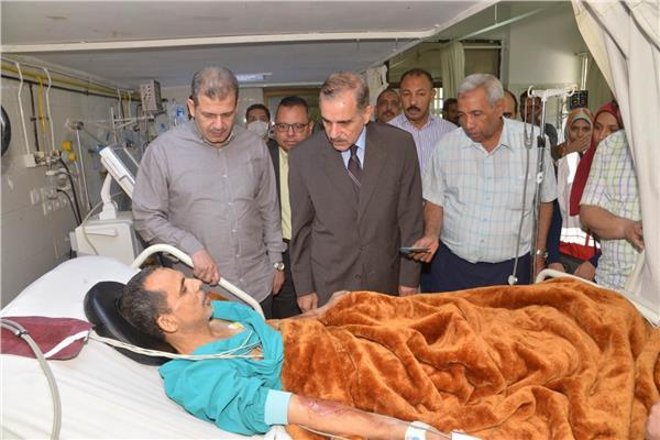 محافظ أسيوط يزور العامل المصاب في المستشفى الجامعي