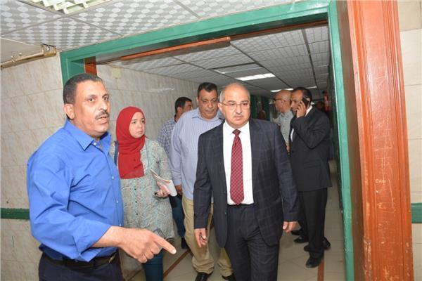 رئيس جامعة أسيوط يطمئن على حالة الطالب في قسم الإصابات