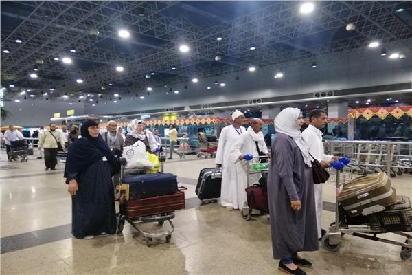 معتمرون بمطار القاهرة الدولي