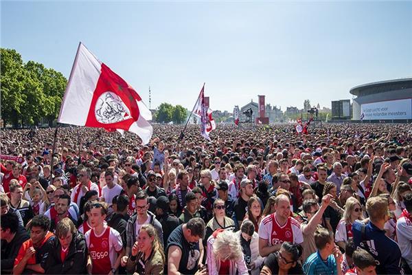 جماهير أياكس تحتفل بثنائية الدوري والكأس في شوارع أمستردام