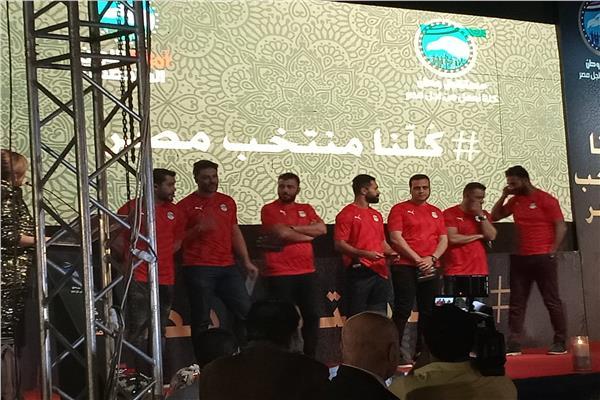 ميدو مع نجوم منتخب مصر في منصة حفل مبادرة كلنا منتخب مصر