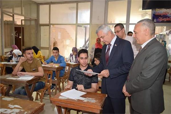 رئيس جامعة المنوفيه يتفقد لجان الامتحان