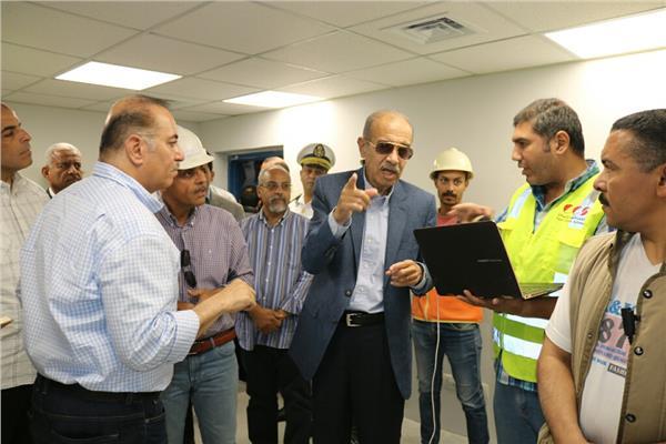 المهندس شريف اسماعيل والكتور اشرف صبحي خلال تفقد منشأت استاد السويس