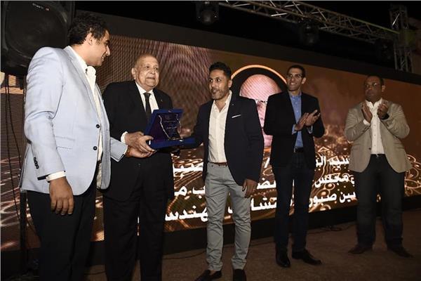 المصرية لشباب الأعمال تكرم شيخ المعماريين حسين صبور