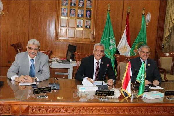 رئيس جامعة المنوفيه اثناء الاجتماع