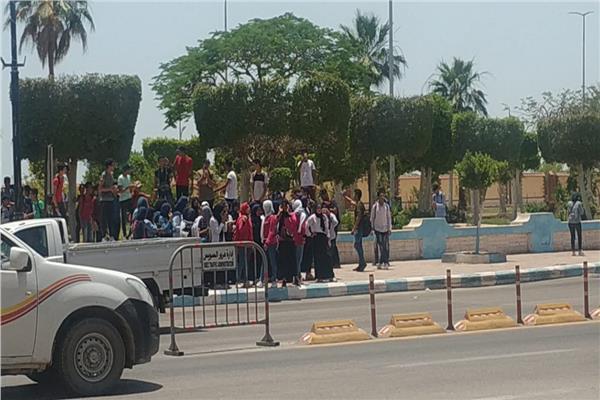 وقفة لطلاب الصف الاول الثانويف يالسويس امام ديوان عام المحافظة