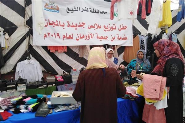 توزيع ١٢ الف كرتونة و٥٥ طن لحوم و١٥٠٠ قطعة ملابس على غير القادرين بكفر الشيخ