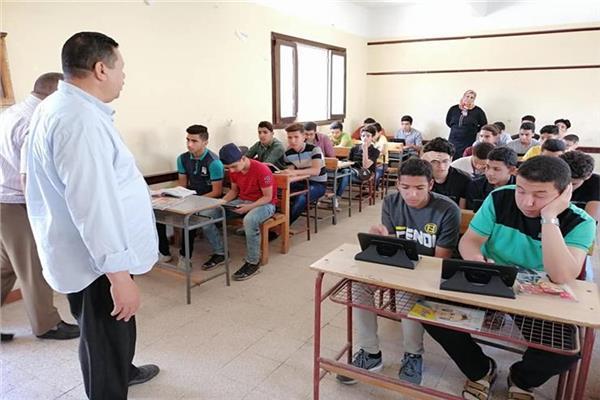 طلاب الصف الأول الثانوي يؤدون الامتحان الإلكتروني