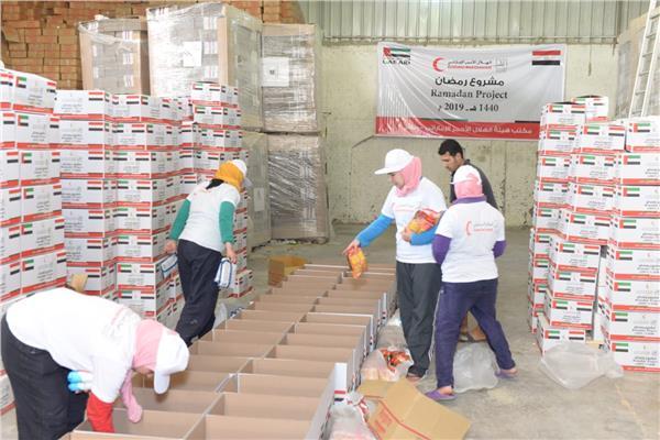 500 كرتونة من المواد الغذائية من الهلال الأحمر الإماراتى والأورمان للأسر الأكثر احتياجًا