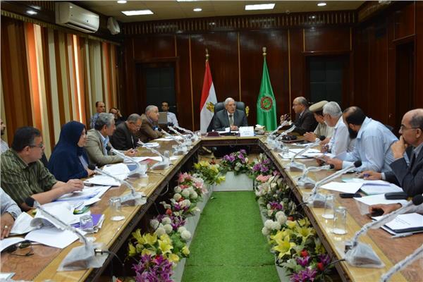المحافظ يرأس اجتماع اللجنة