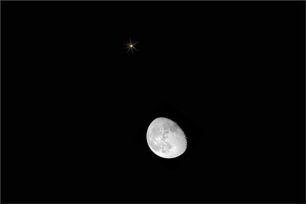 وقوع القمر الأحدب المتناقص بالقرب من كوكب زحل