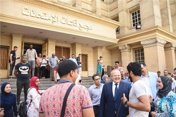 رئيس جامعة القاهرة أمام مجمع الامتحانات