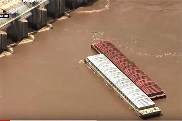 فيضان يغرق قاربين فى نهر أركنساس الأمريكي