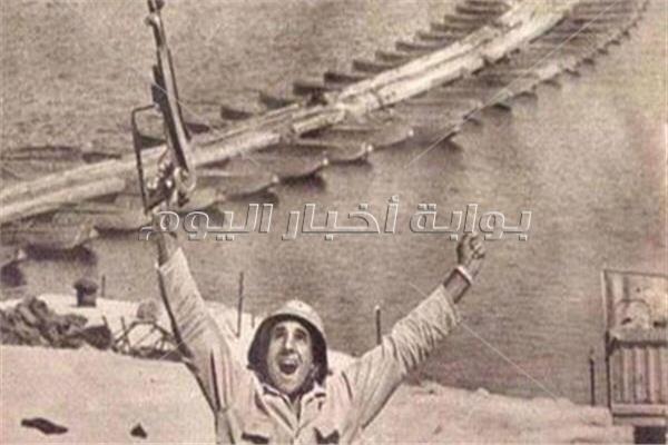 عبدالرحمن القاضى خلال حرب اكتوبر رافعا سلاح النصر