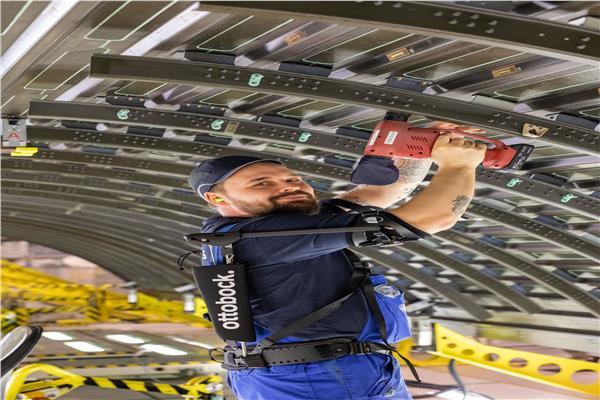 كيف يتحول موظفو «إيرباص» لنسخ من «iron man» في ثوانٍ معدودة؟
