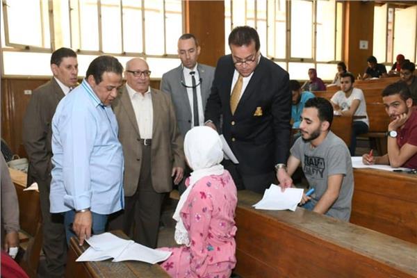 وزير التعليم العالى يتفقد سير أعمال الامتحانات