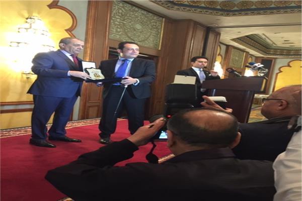 رئيس نادي قضاة مجلس الدولة يكرم أسر الشهداء