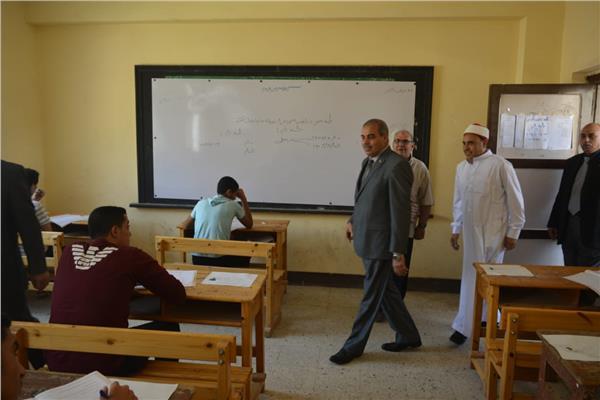 صور  رئيس جامعة الأزهر يتفقد امتحانات الثانوية الأزهرية بمعهد طلعت بمدينة نصر