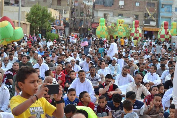 ألاف المواطنين في ساحة ملعب يليم الحي