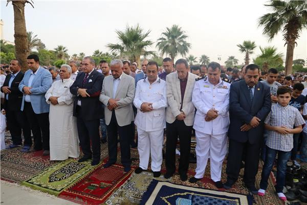 صقر جاد والقيادات الامنية اثناء صلاة العيد