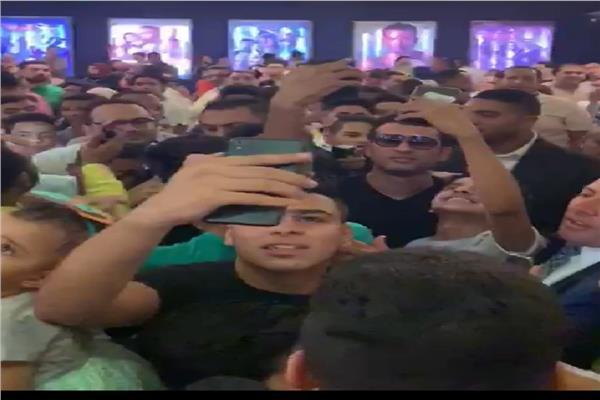 عمرو سعد داخل أحد السينمات