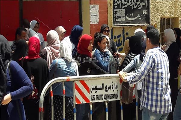 قلق على وجوه طالبات السويس بسبب امتحان الاحصاء