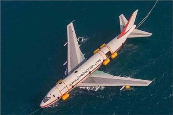صور  البحرين تتعمد إغراق أكبر طائرة جوية في أعماق المياه.. تعرف على السبب