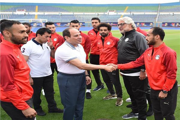 الرئيس يزور المنتخب الوطني لكرة القدم في ستاد الدفاع الجوي