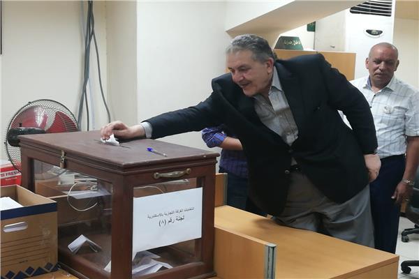 أحمد الوكيل يدلي بصوته في انتخابات الغرفة التجارية بالإسكندرية