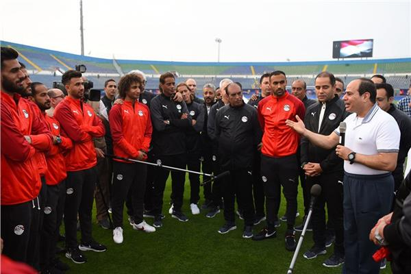 الرئيس السيسي خلال زيارته للاعبي المنتخب