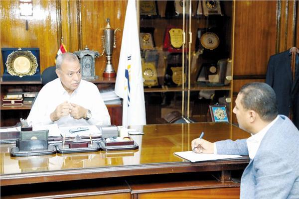 محافظ قنا اللواء عبدالحميد الهجان خلال حواره مع محرر «الأخبار»