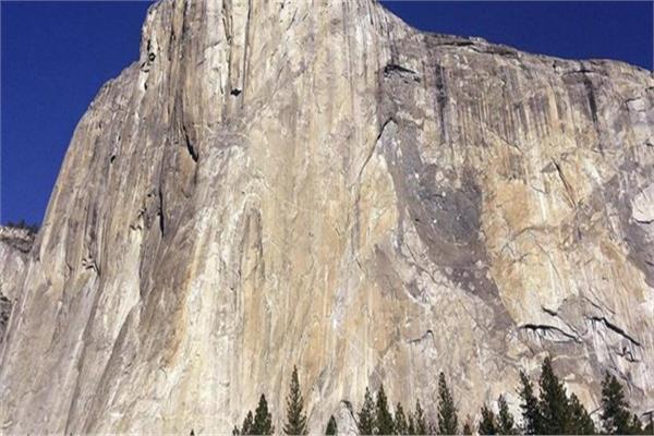 طفلة صغيرة تتسلق أعلى منحدر صخري بكاليفورنيا