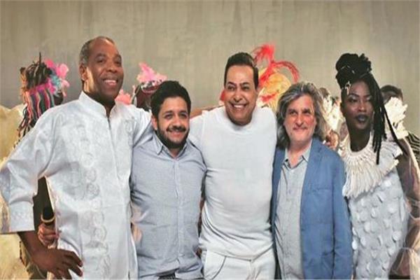 المخرج ياسر سامي مع حكيم خلال التحضير لأغاني الافتتاح
