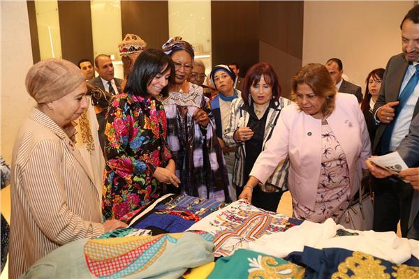 """مايا مرسي تتفقد معرض منتجات """"مصريات مبدعات """""""