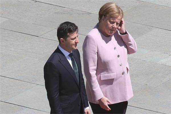 المستشارة الألمانية انجيلا ميركل خلال مراسم استقبالها للرئيس الأوكراني