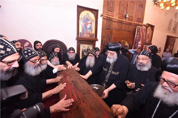 البابا تواضروس يطيب جسد الأنبا موسى الأسود والأنبا ايسيذوروس القس