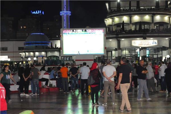 أعضاء الزمالك يتابعون مباراة مصر وزيمبابوى عبر شاشات النادي