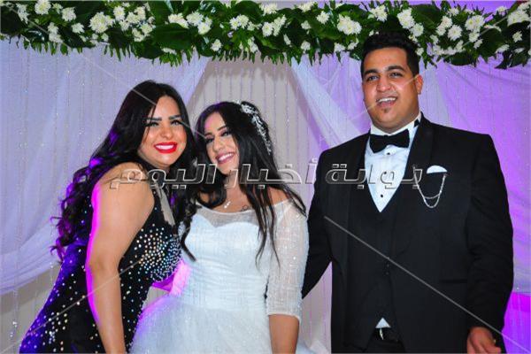 هدى مع العروسين