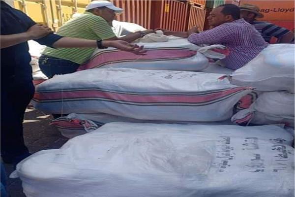 جانب من الاقراص المخدرة داخل شحنة قادمة من سوريا لميناء دمياط
