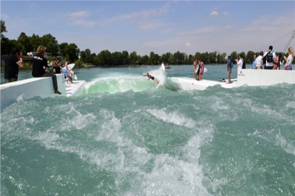 أفتتاح أكبر حوض لركوب الأمواج في العالم بإيطاليا