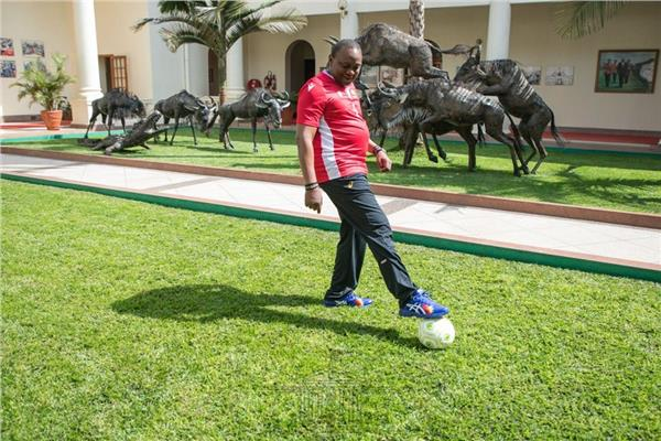 رئيس كينيا يدعم بلاده قبل موقعة الجزائر