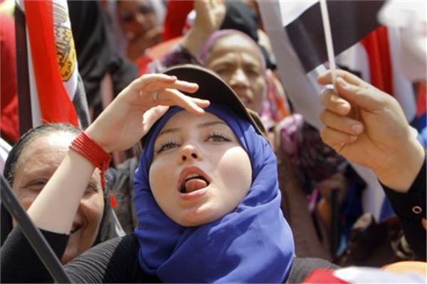 الطريق إلى 30 يونيو  «الفتاة والعجوز» ..الجنس الناعم يتصدر المشهد السياسي في الميادين