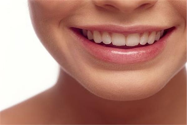 استشاري جلدية يوضح أسباب وعلاج الإبتسامة اللثوية
