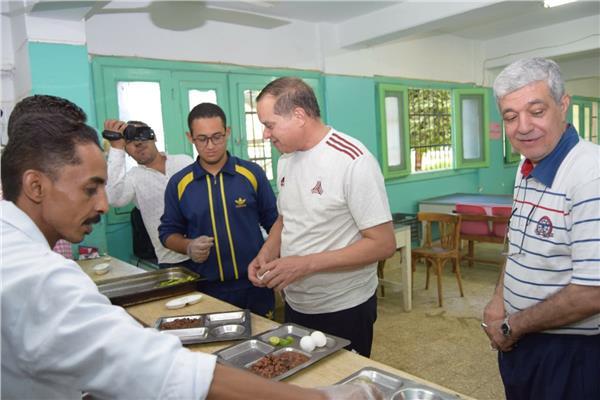 رئيس جامعة سوهاج يشارك الالطلاب المعسكر التدريبى ويتناول الافطار معهم