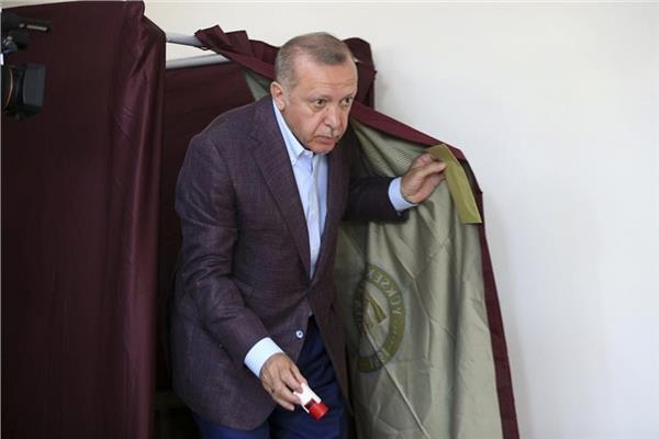 بعد الهزيمة الثانية.. أردوغان يظهر وجها آخر للديمقراطية بتقليص صلاحيات «أوغلو»
