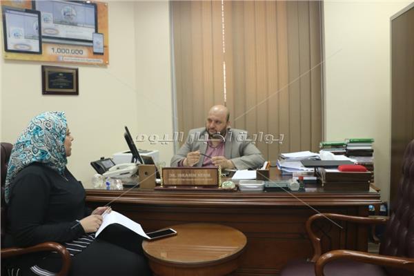 الدكتور إبراهيم نجم مع محررة «بوابة أخبار اليوم»
