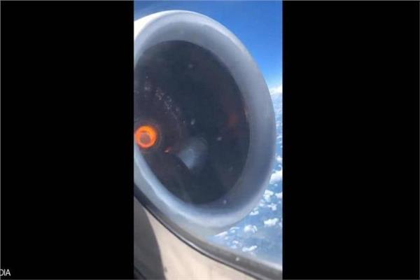 فيديو| محرك طائرة يسقط أثناء رحلتها بالجو