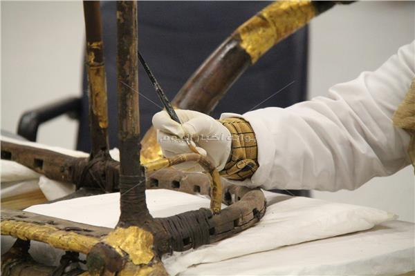 خبيرة ترميم تقوم بعملها في المتحف المصري الكبير - ملوك الترميم (تصوير: محمد مصطفى بدر)