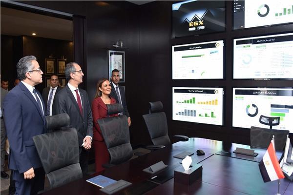 وزيرا «الاستثمار» و«الاتصالات» يقومان بجولة في مركز خدمات المستثمرين